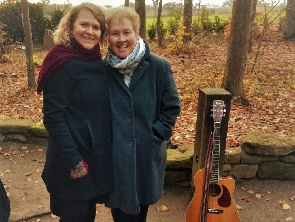 Dr. Ingrid Rupp und Ingrid Landhäußer gestalten Trauerzeremonien so schön, dass es zu einem wohligen Erlebnis wird.